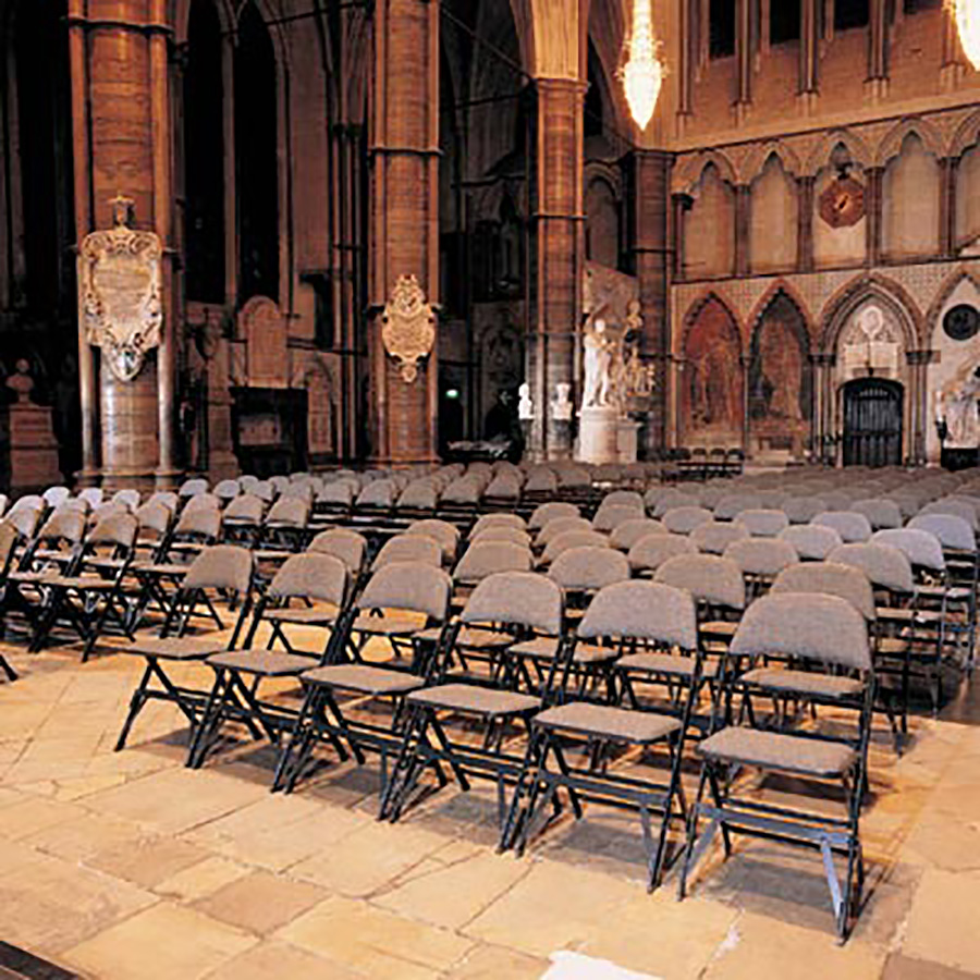 ヨーク大聖堂の荘厳な教会建築にも美しくフィット。