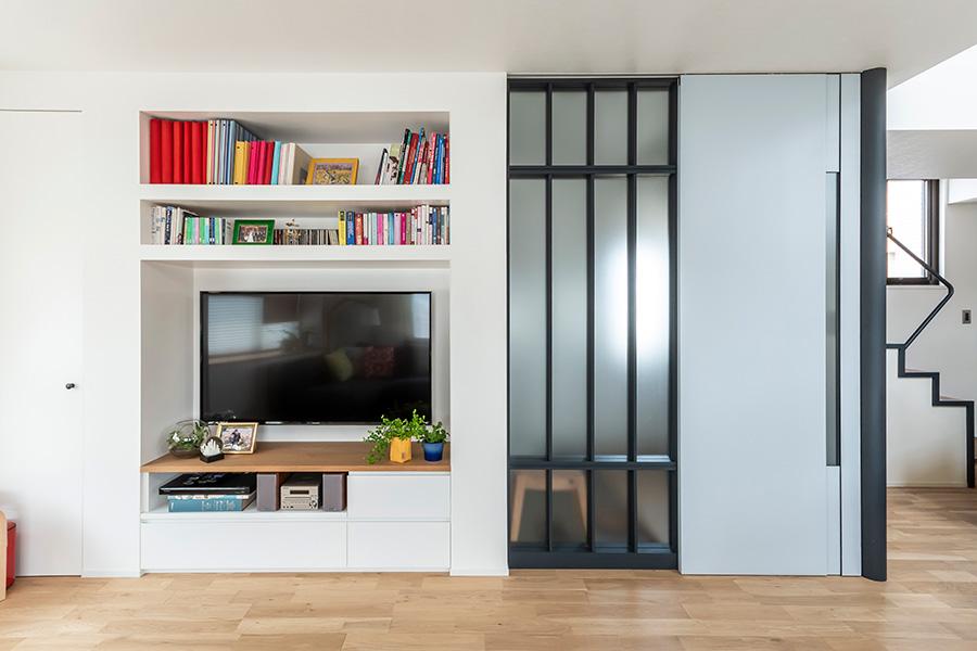 テレビや本は壁面収納でスッキリと。