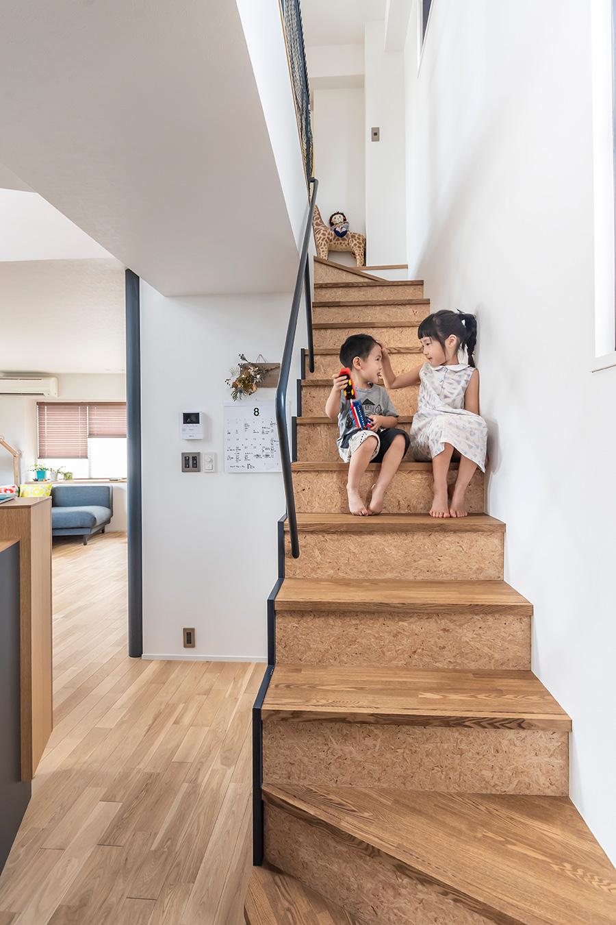 階段にはOSB合板とタモの集成材を使用。
