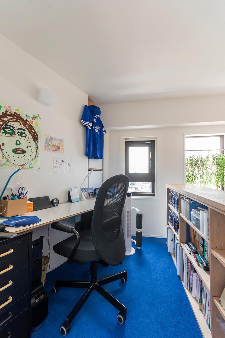 2畳程のスペースに設けた2階の書斎。