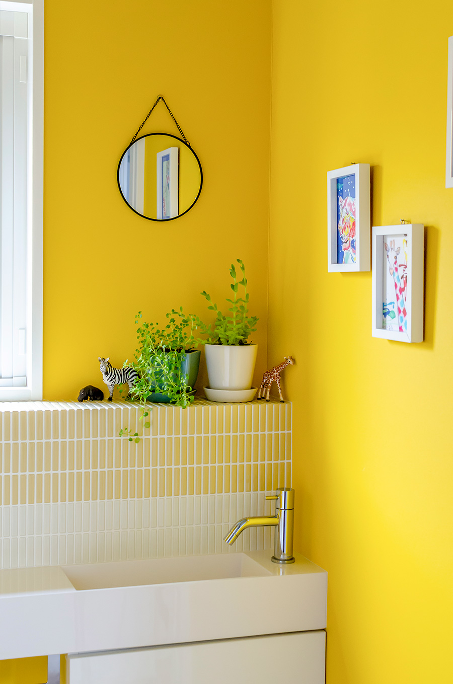 トイレは壁紙とタイルを山吹色で統一。明るい印象に。