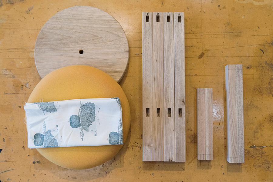 材料は脚と貫、座面とクッション。これを加工して組んでいく。