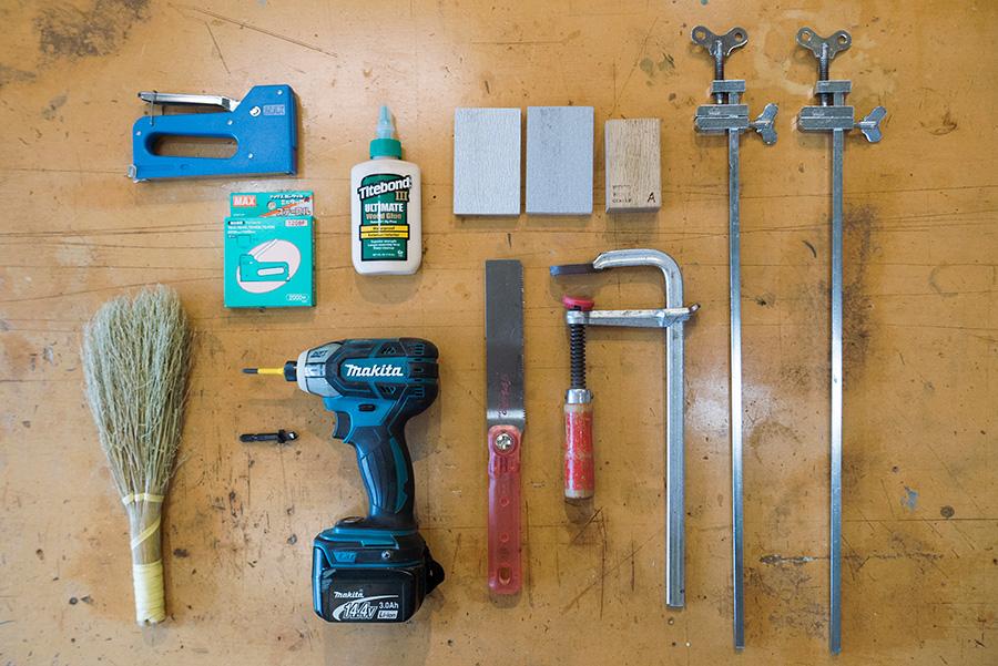 接着や固定を補助する端金にFクランプ、当て木、サンドペーパー、ダボキリ、インパクトドライバーなど。