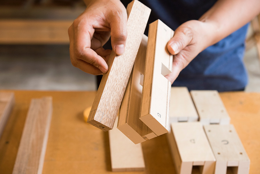 材料を固定し切り落とす位置を指定してくれる治具。番号を合わせて貫材(十字の材料)を取り付ける。