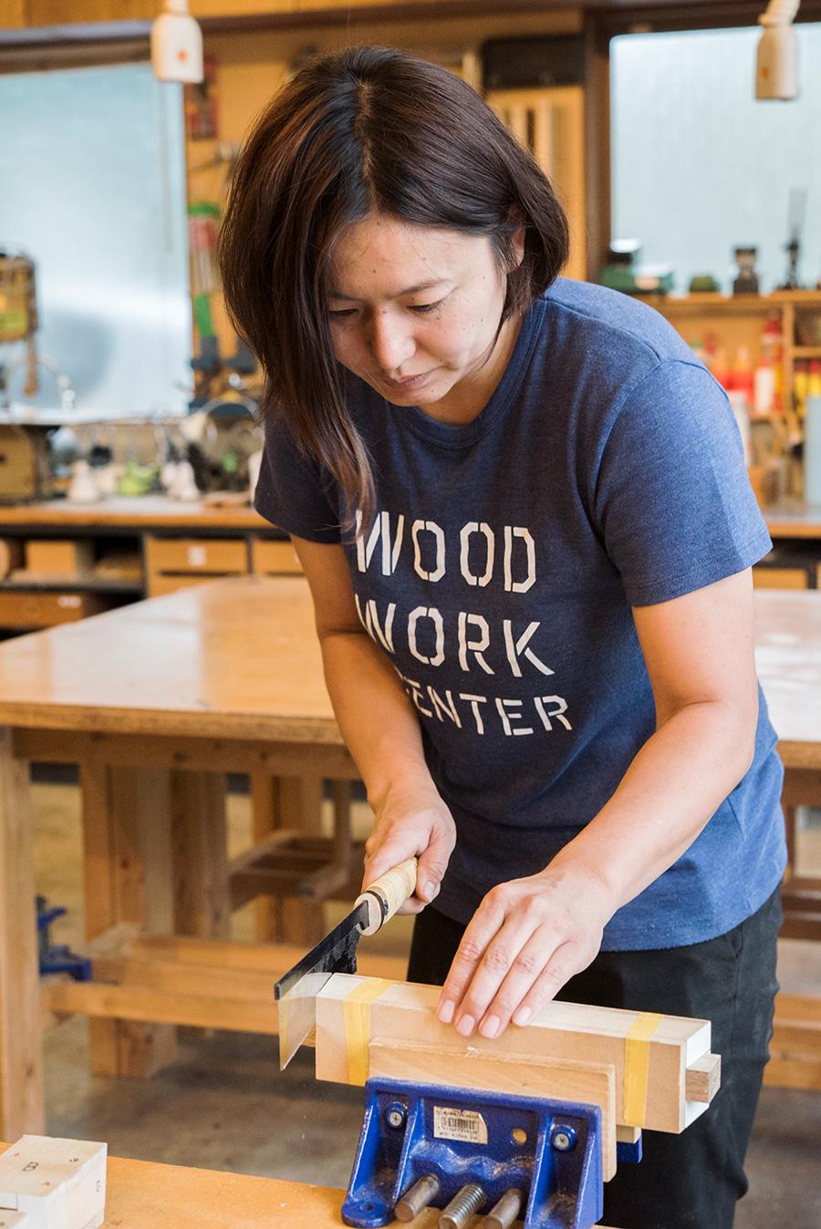 スツールの脚の穴に十字の「貫」を接合させるための突起「ホゾ」を、刃のピッチが細かい胴付ノコギリで切り出していく。
