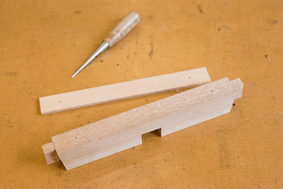 座の取り付け穴をあける材料。穴位置定規で印をつけると正確。