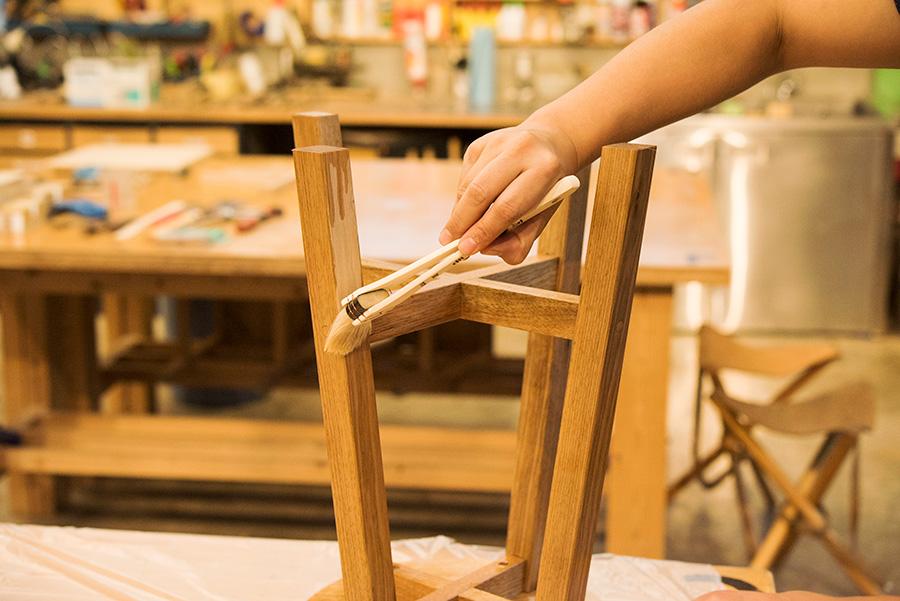 オイルは塗ったところからすぐ浸み込んでいく。時間差があるとムラができるので、なるべく素早くさっと塗るのが大事。垂れたところは放っておくとシミになるので、すぐに対応しよう。下から上へ刷毛を動かして処理する。