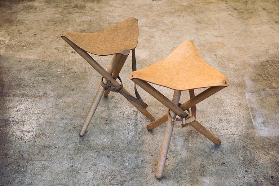 牛革のキャンプスツールもワークショップで制作したもの。折り畳んで携帯できるのでアウトドアで活躍しそう。