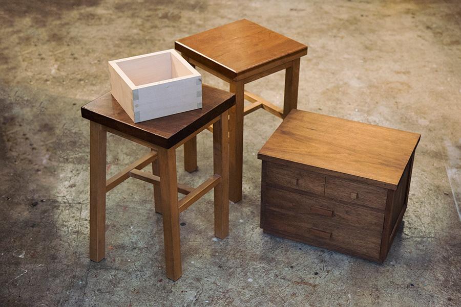 木工教室の場合、最初にマスづくりで基礎を学び、次にスツール、小抽出しと進んで箱物家具の基本がマスターできる。