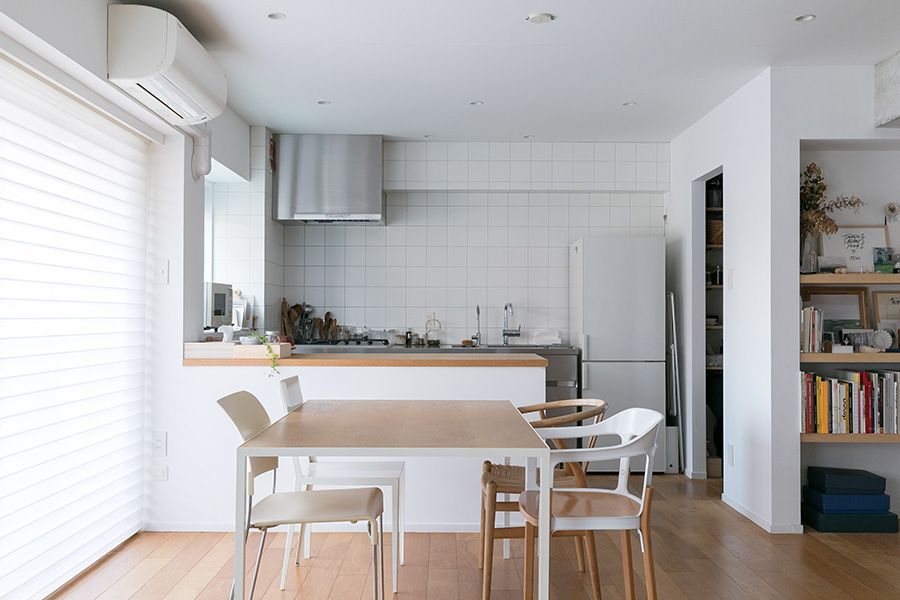 ダイニングテーブルは、建築家の谷尻誠さんの一番最初の東京の事務所で使っていたものだそう。「天板がスチールの枠の中にキレイに収まっていて、無駄のないデザインがお気に入りです」。イスは、右奥がデビちゃんが自分のイスだと思っているハンス・J・ウェグナーのYチェア。右手前がマジスのブルレック兄弟のデザイン。左手前がジャスパー・モリソン。左奥が森田恭通✕CIBONE。