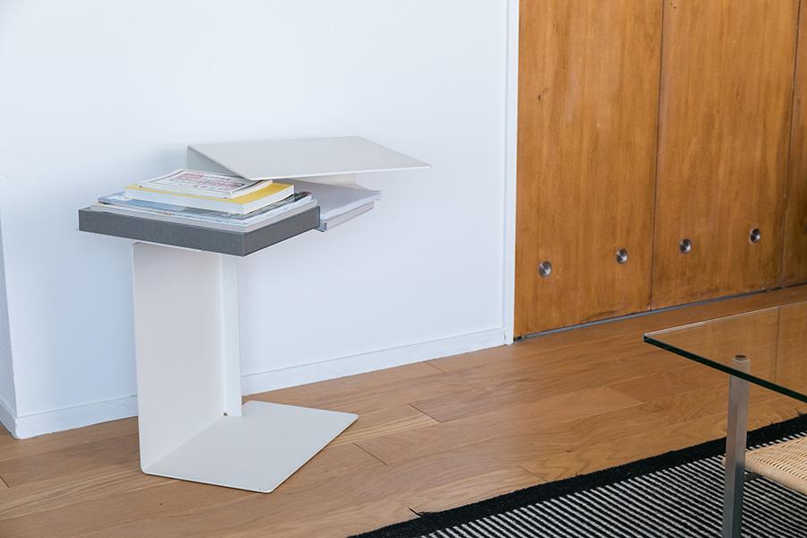 サイドテーブルはコンスタンチン・グルチッチ。扉はもともとあったもので、通気口をプラスティックのものからメタルに変えた。「径がほんの少し合わなかったのですが、穴を削って入れました」
