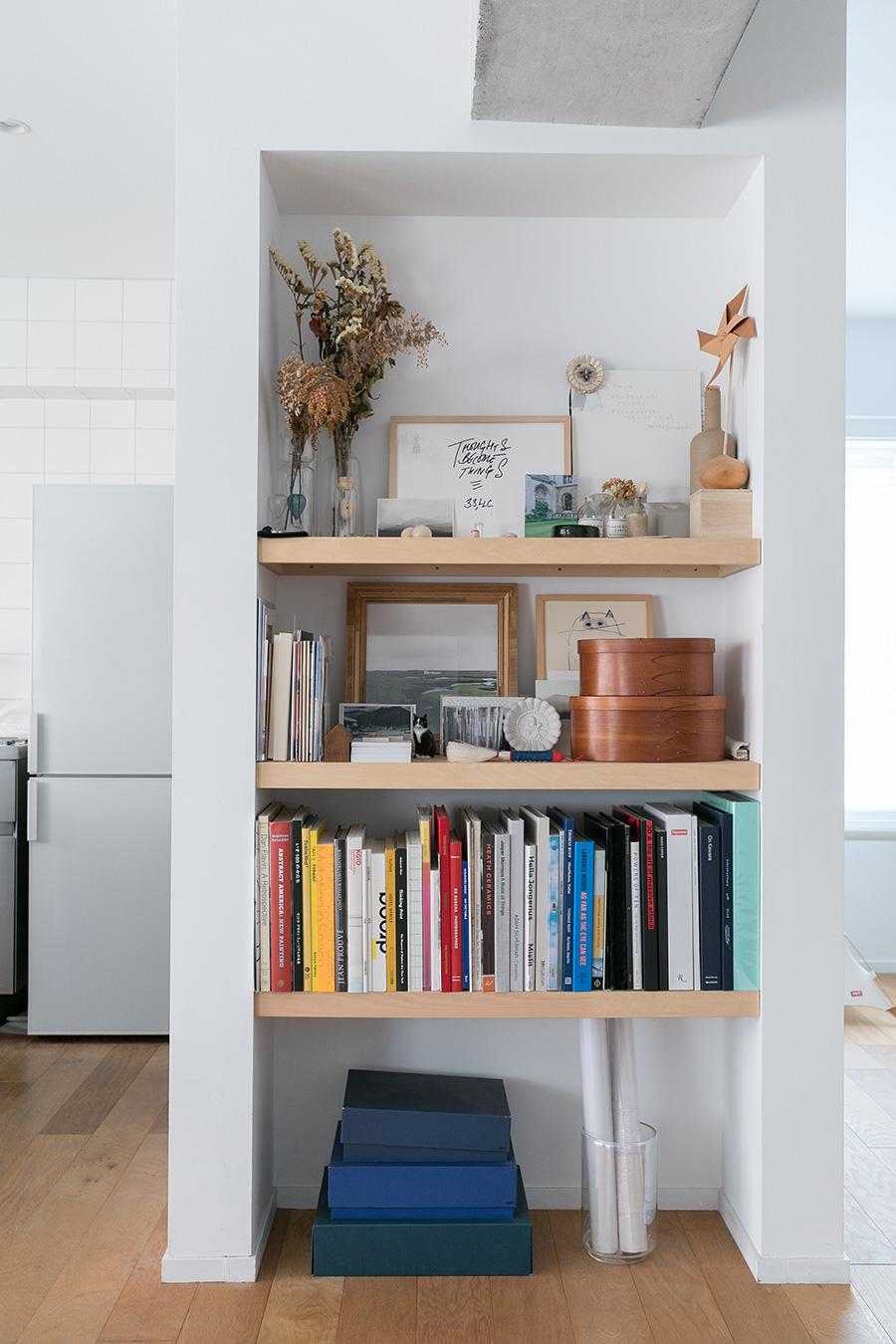 梁の下に作り付けの棚を作った。厚みのある棚板のバランスが抜群。「棚の中にあるものは日に日に変わっています」