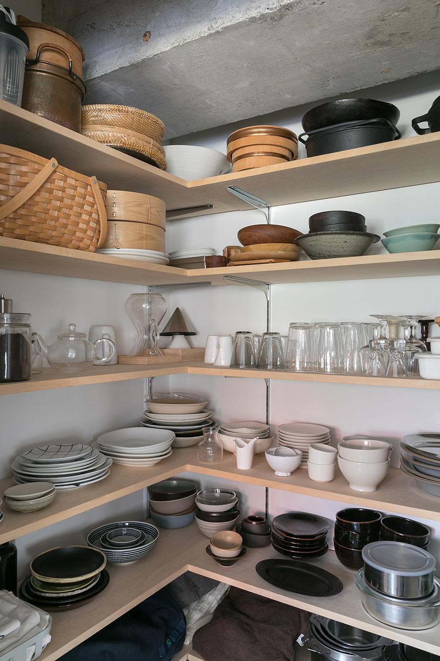 棚の裏側がパントリーになっている。「とても使いやすく気に入っています。食器は気に入ったものを厳選して置いています」