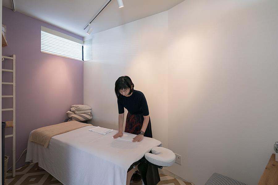 サロンスペースはラベンダー色のやさしい壁で窓も小さく、篭るような感覚の部屋。