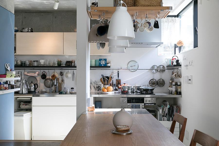 ダイニングテーブルからキッチンを見る。キッチンは収納をあえてつくらず、常に使うものは見えるところに置くスタイル。