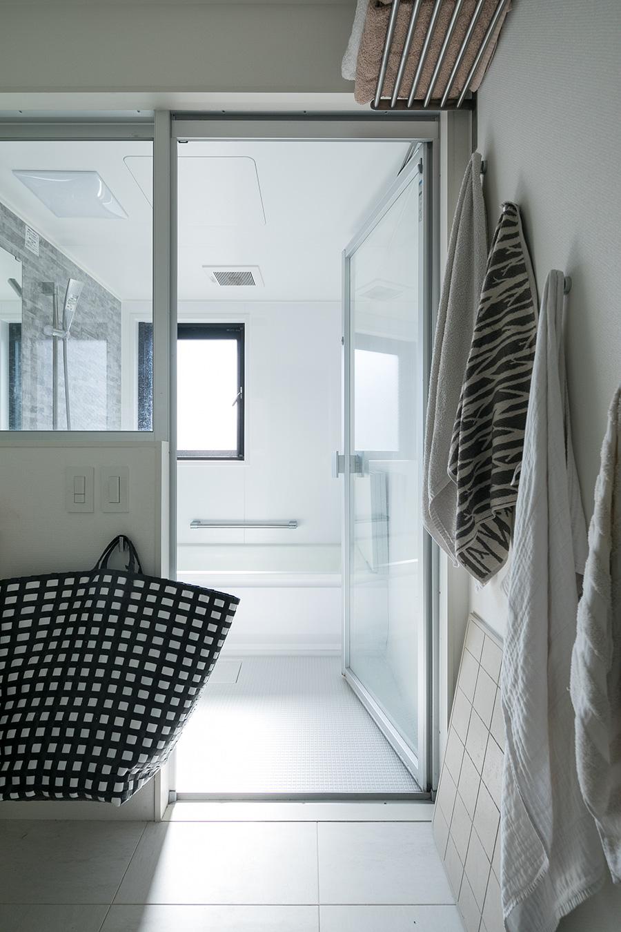 2階のバスルームはユニットバスで。仕切りの壁もガラスなので洗面まで光を届けてくれる。