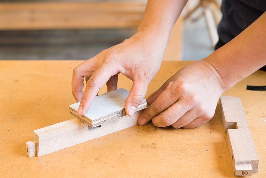 サンドペーパーは薄いので木片にはりつけて使う。粗めの180番、細かい240番で2回に分けて研磨。