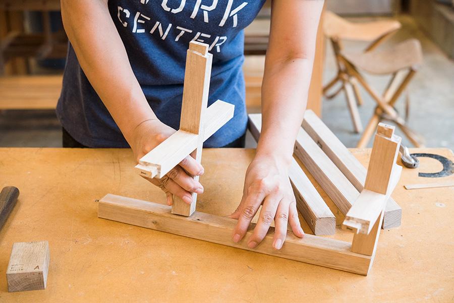 脚を組み立てる。1本の脚に上と下の貫を合わせるところから始める