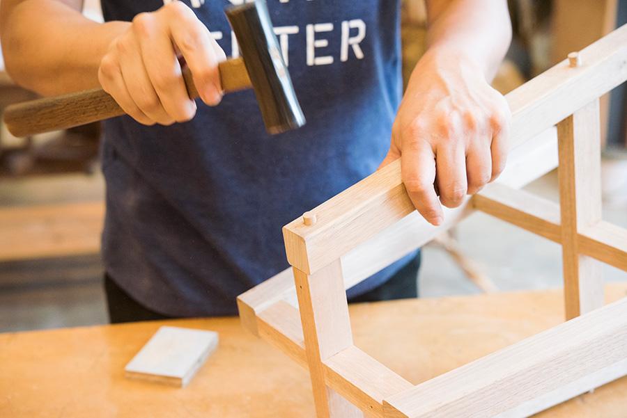 玄能を使って木ダボをダボ穴に埋める。埋める前にサンドペーパーで面を取っておく。