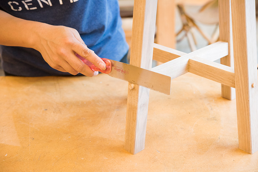 アサリ(刃先の開き)のないライフソーで、はみ出ている木ダボを切り落とす。