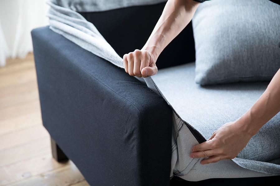 ファブリックのカバーは撥水性の高い素材を使っている。取り外してクリーニングができるので、いつでも清潔なソファを使うことができる。