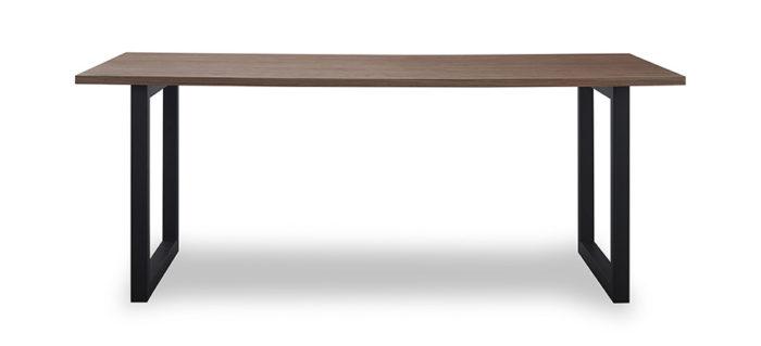 鉄脚テーブルは、サイズが3種類、天板はウォールナット、ナチュラルの2種類揃う。