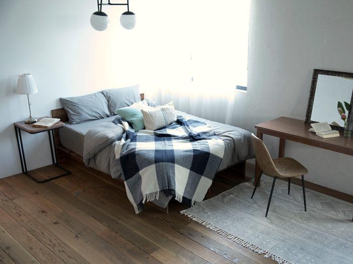 シンプルなベッドは部屋の雰囲気を選ばない。シングル、セミダブル、ダブルの3つの大きさがある。フレームだけを借りることもできる。