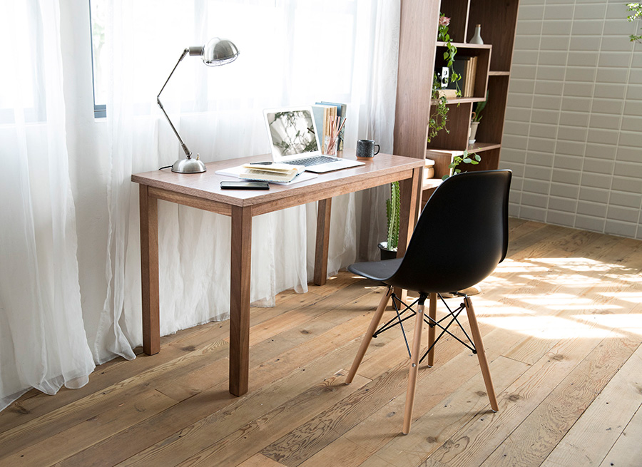 家で仕事をすることになった、子どもが小学生になった、ベッドサイドにドレッサーが欲しくなった……、生活環境の変化にもさっと対応できる便利なサイズのテーブルも。