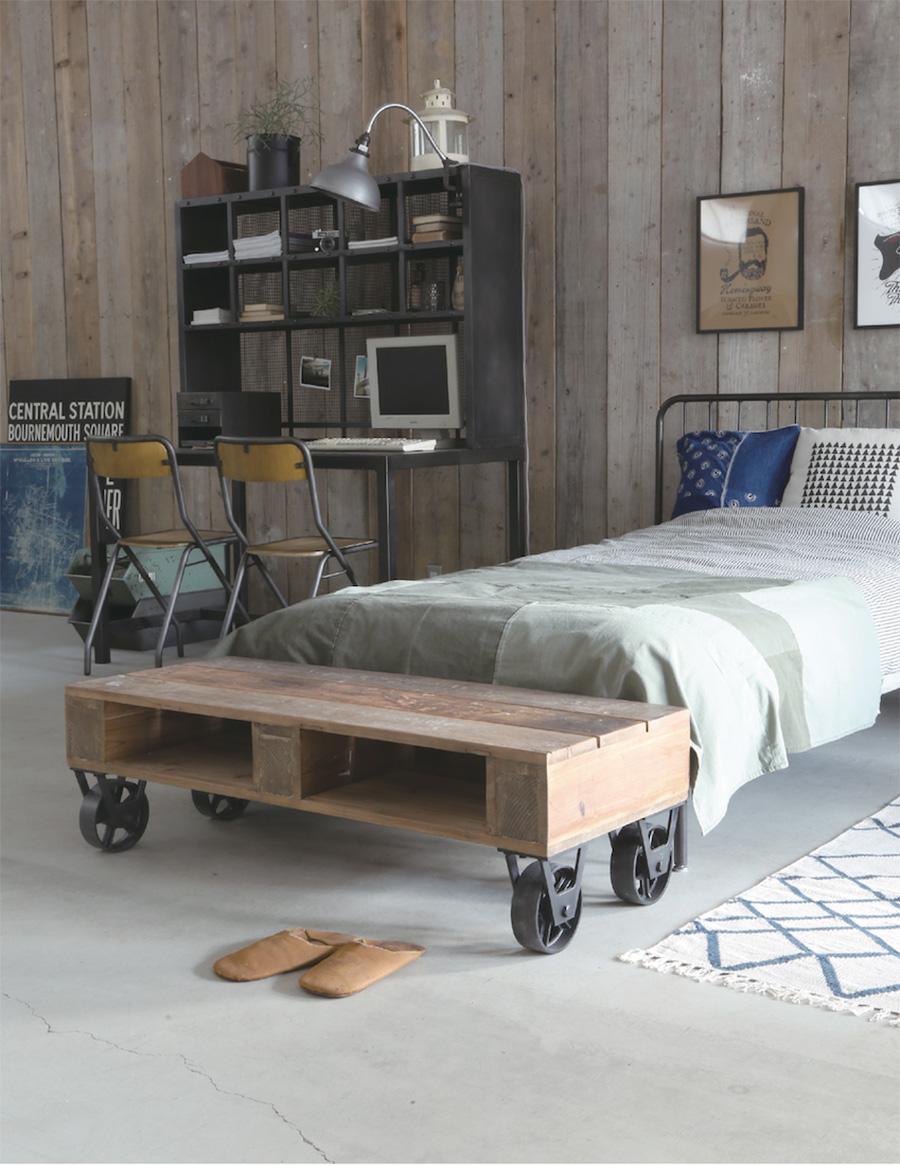 パインの古材と大きなキャスターの組み合わせた、インダストリアルな雰囲気のローテーブル。個性的なアイテムを取り入れて部屋の雰囲気を変えてみたくなる。