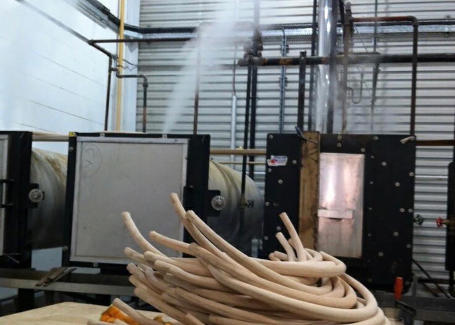 1950年代から使い続けられている蒸器型を用いて、200度〜220度のスチームで加工。