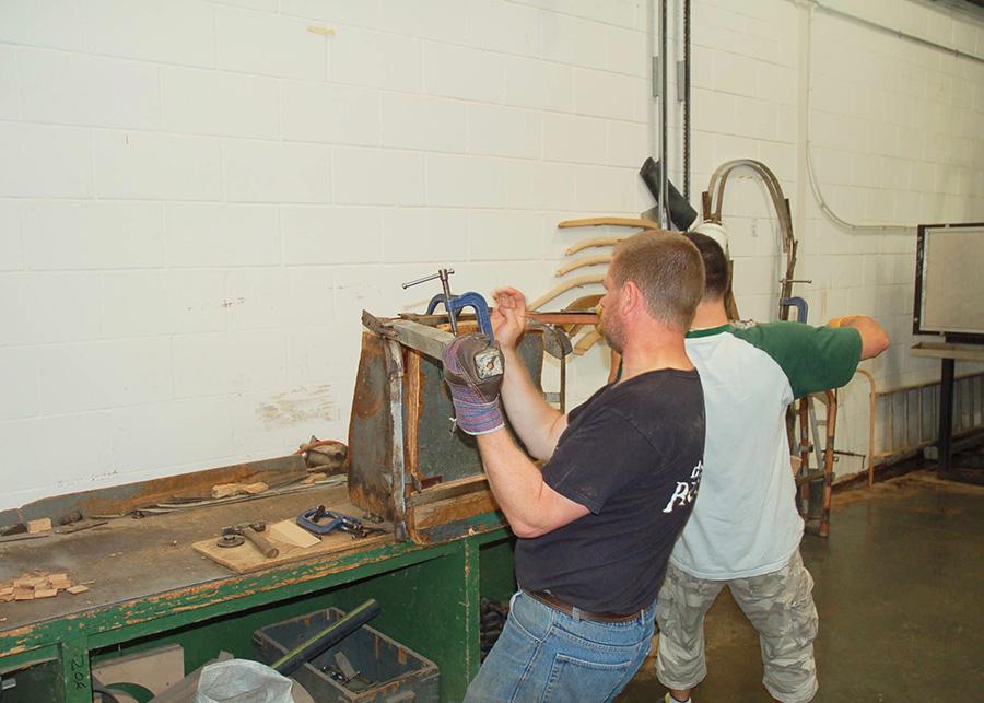 スチームした木材を曲げるので、折れにくく、丈夫なパーツになる。