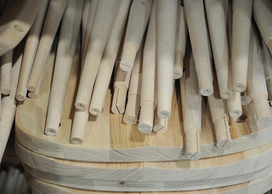 最新鋭の機械で均一につくられたスポーク。 スポークの先端は、木製の楔を打ち込むための切り込みが入れらている。