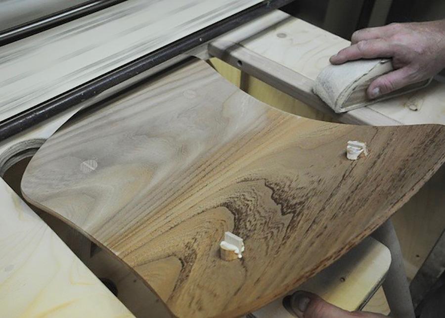 飛び出た部分を手作業で削り取る。