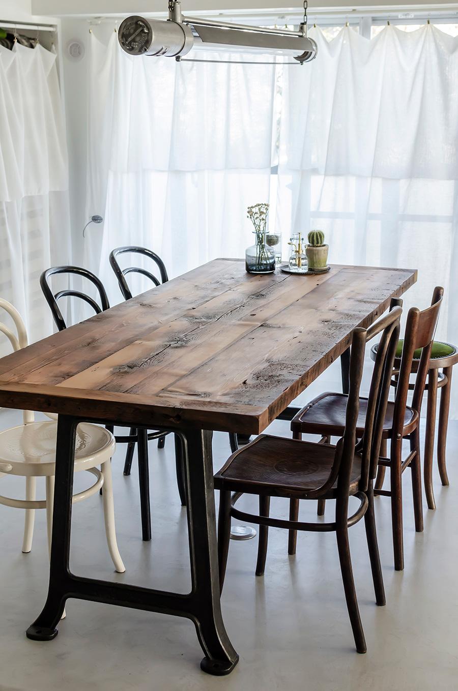 テーブルはウッドワークミルショップ「ロガー」で造作。