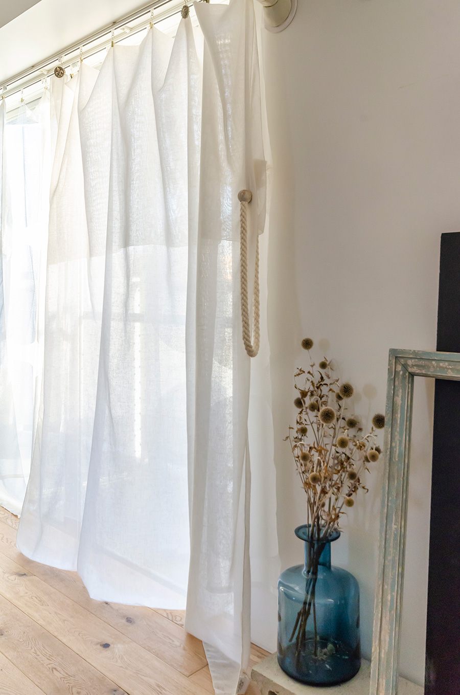 柔らかなカーテンは「ieno textile」。