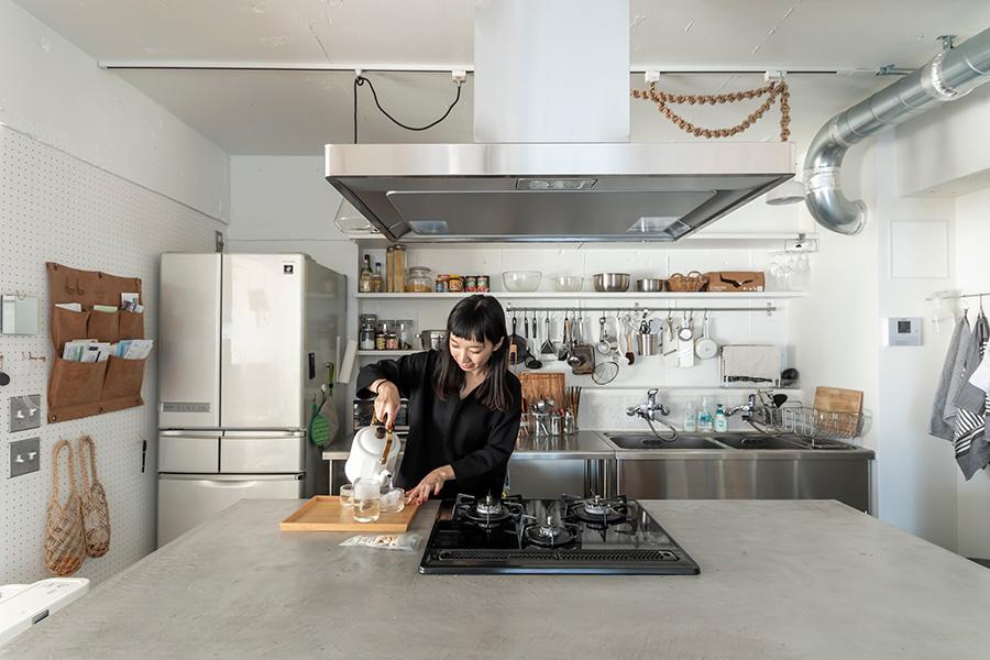 キッチンの天板はモールテックスで塗装。