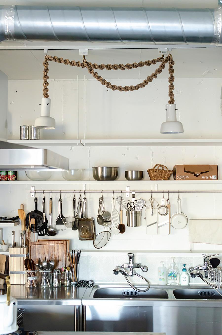 キッチンを照らすロープの吊り下げ照明。