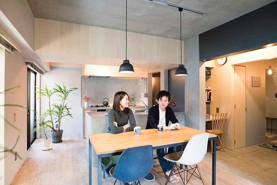 3DKをスケルトンにしてリノベーション。以前は寝室のあった場所にカウンターキッチンを設置。連続性を持たせつつ、シナベニヤや黒皮鉄を使った垂れ壁でゆるやかに空間を分けている。