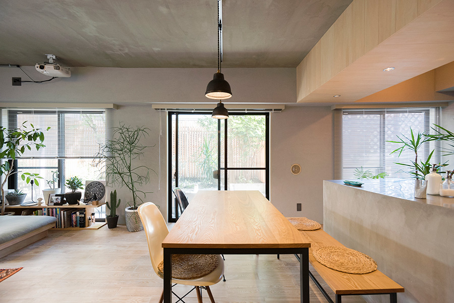 既存の梁を隠すことも兼ねた垂れ壁は、開口部の高さに合わせて設置。ダイニングテーブルは名古屋「NAUT」で。