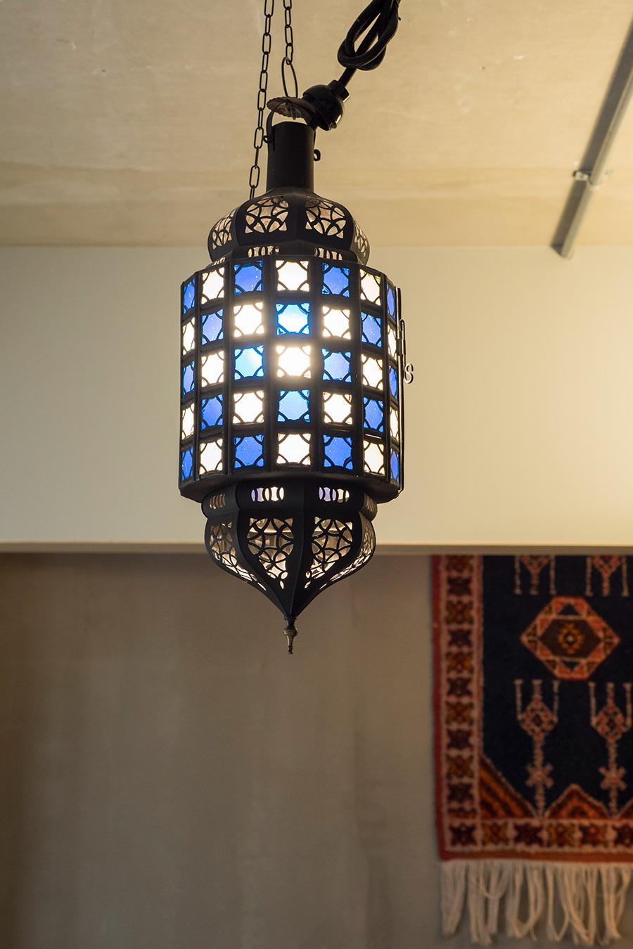 新婚旅行で訪れたモロッコで買ってきたランプをベッドルームに。