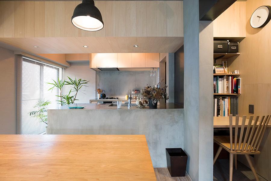 キッチンとリビングの仕切りともなっているシナベニヤの垂れ壁は、変化を持たせるため、14cm幅のフローリング状に貼ってもらった。