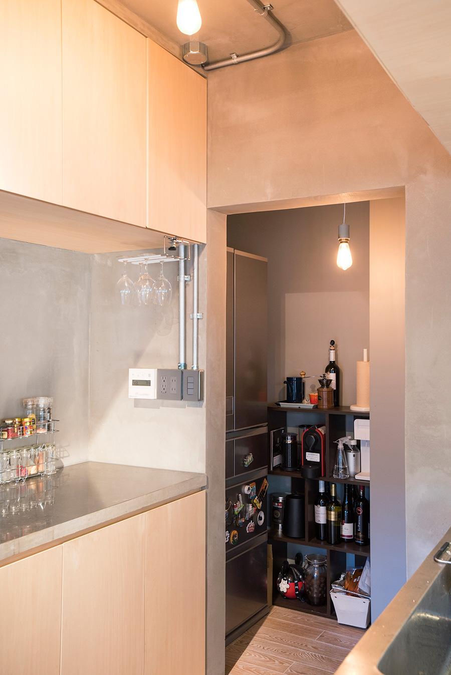 作業性を考えてキッチンの幅は広く。奥には冷蔵庫を隠すためパントリーを設けた。