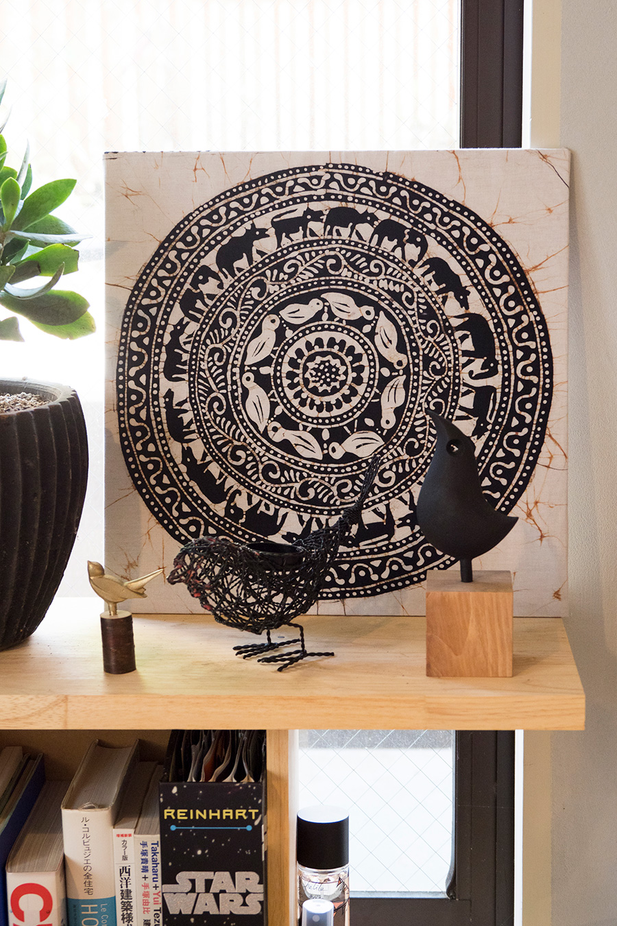 南部鉄器でできた鳥のオブジェや、スリランカ土産などをディスプレイ。棚もDIYで制作したもの。