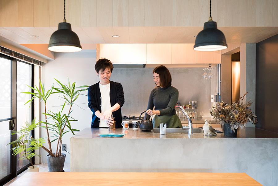 似鳥俊平さんと真実さん。すっきりとデザインされたキッチンで作業もはかどる。