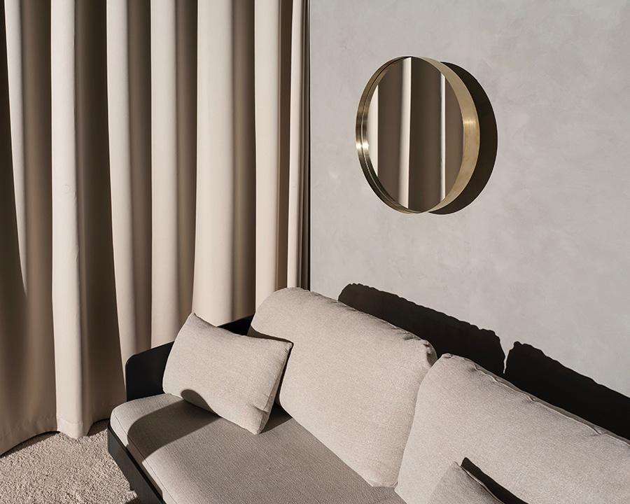 すり鉢状の厚みのあるフォルムが、壁面に美しい影をつくる。