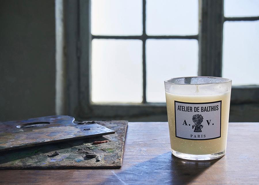 大きなガラス窓の向こうに広がる夏のアルプス山岳牧場風景と、筆、パレット、絵の具のチューブや缶、下描きしたキャンバス、リンシードオイルが滲みこんだままの布などが混ざり合うアトリエを彷彿させる香り。 Photo : Sophie Delaporte