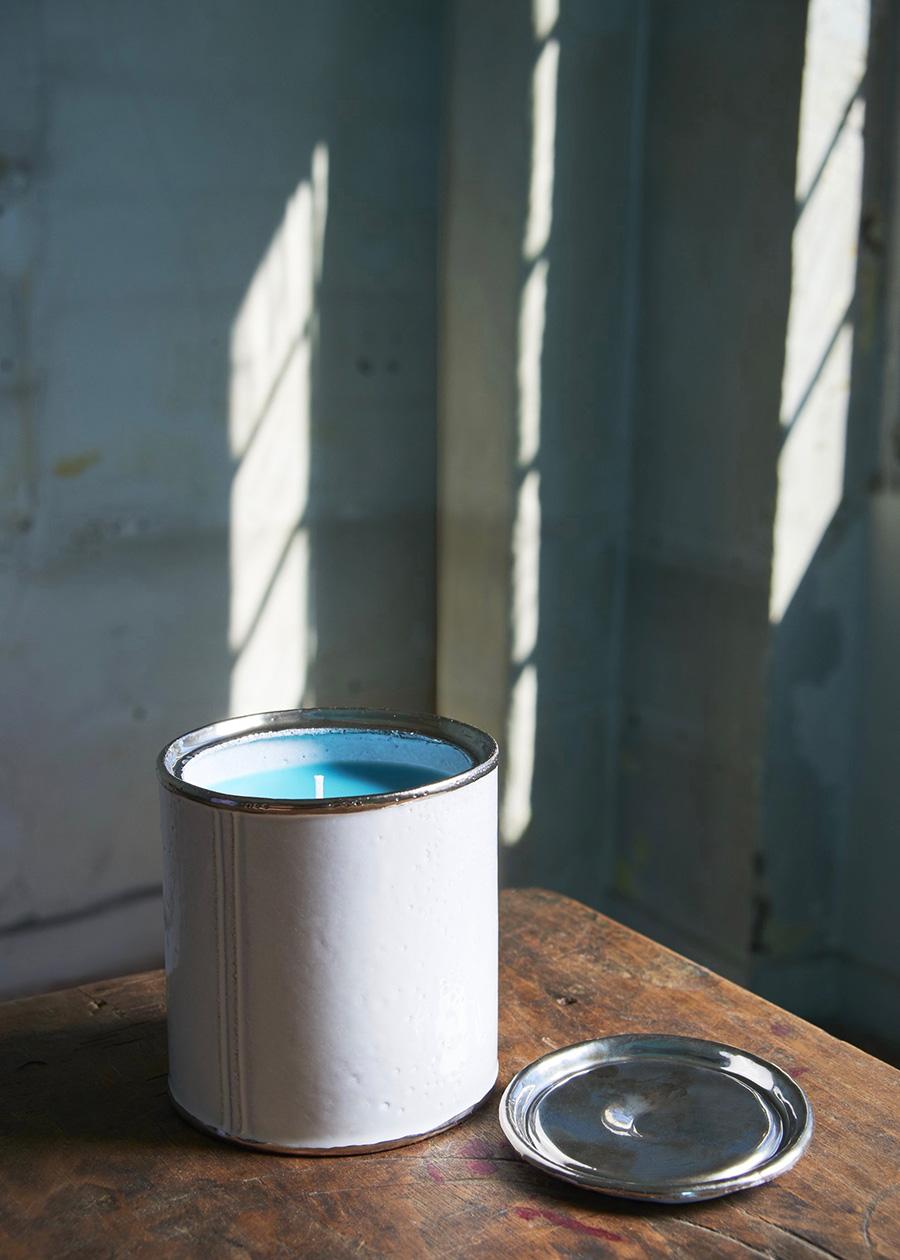 バルテュスが実際に使用していたターコイズカラーの絵の具缶を、白い陶器で再現したスペシャルバーション。蓋には希少なプラチナを釉薬に。 Photo : Sophie Delaporte