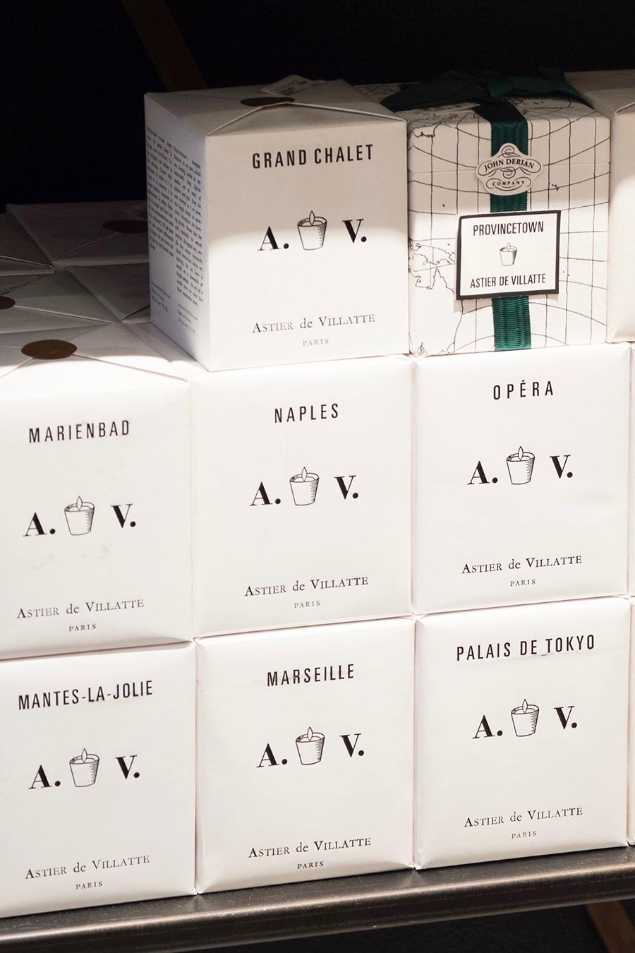 ギフトにも喜ばれるセンスのいいボックス。キャンドルが入るボックスには世界地図が描かれ、包装紙にはそれぞれの地名が刻印。