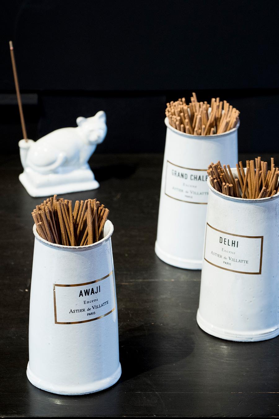 淡路島の流木や樹脂が香る「アワジ」、スパイシーなインドの「デリ」、画家バルテュスが愛した薫香の「グラン・シャレ」をリコメンド。 インセンス  各¥5,500