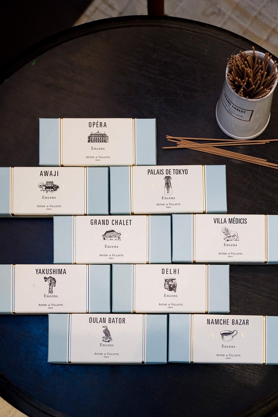 インセンスの入った美しいブルーの箱。香りごとに、それぞれの土地や場所をイメージしたイラストが描かれている。